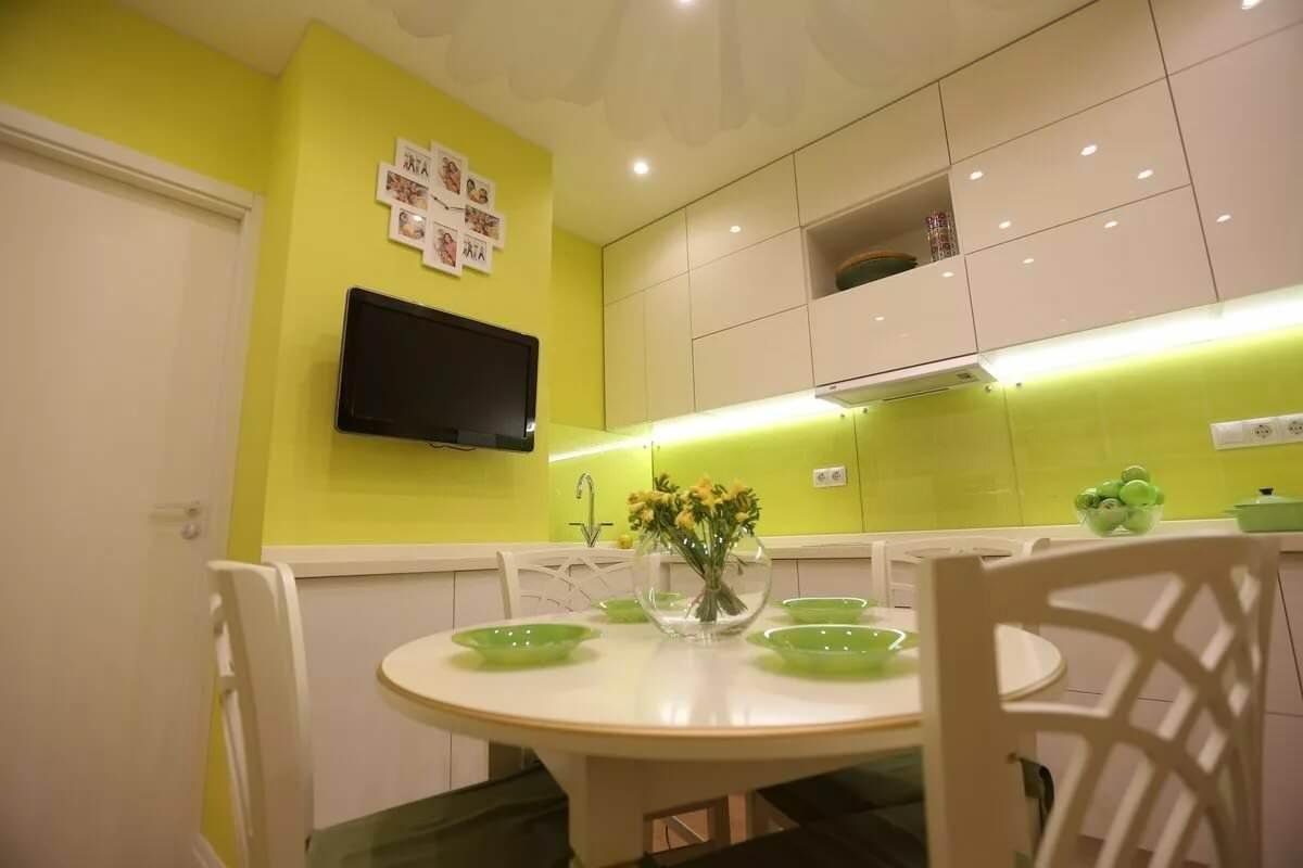 глянцевый потолок в маленькой кухне