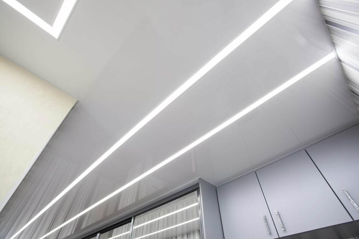 потолок со световыми линиям