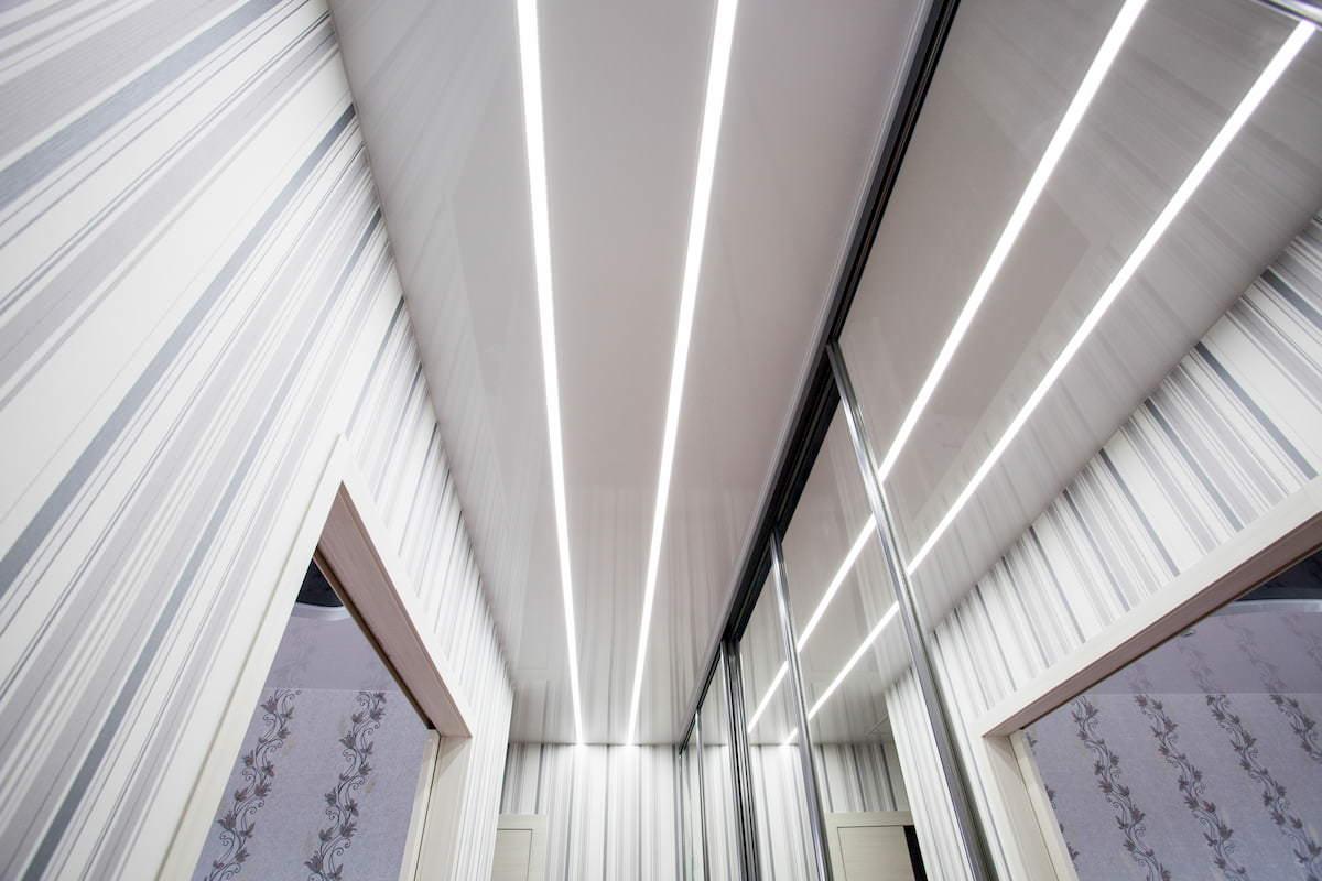 потолок со светящимися линиями